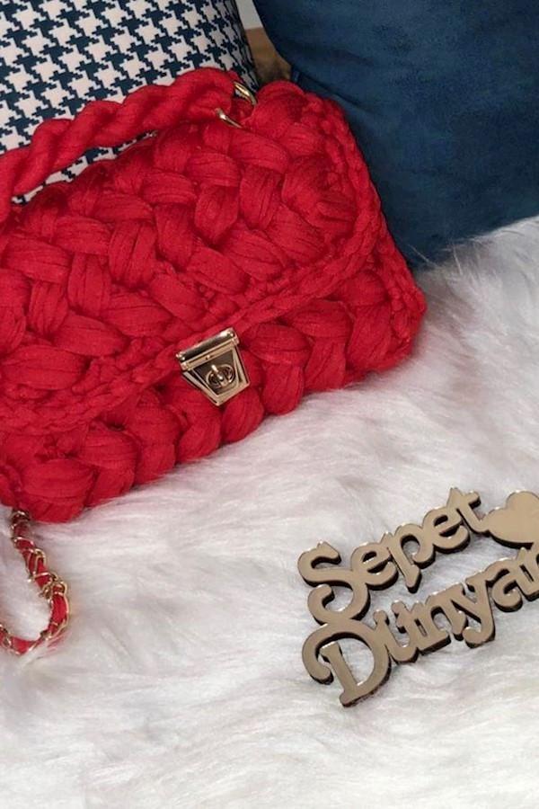 Kırmızı fıstık çantamız Hemen Teslimdir .. Rengi çok canlı ,tam  bir yaz çantası ♥️🎈 #fıstıkçanta#kırmızı#red#handmade#knit#knitt