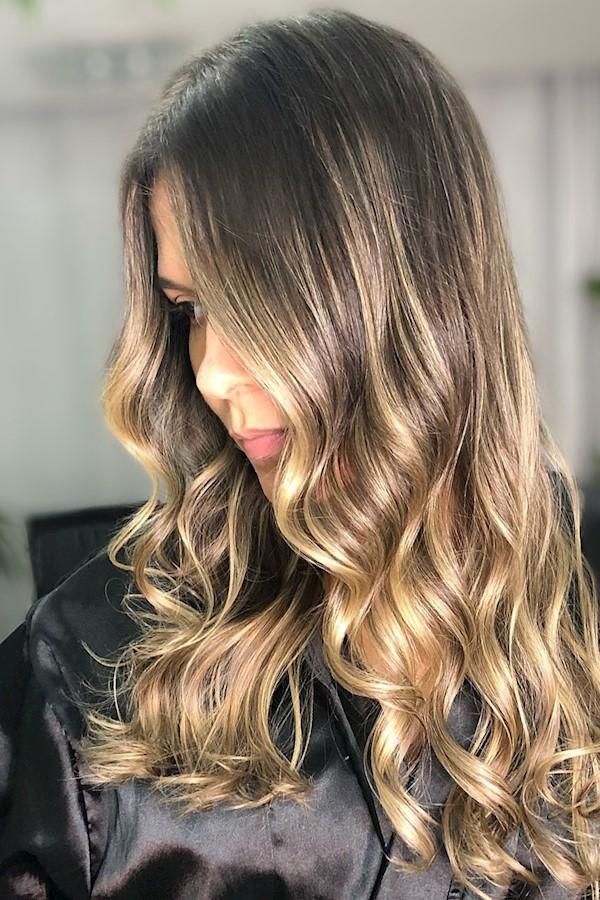 Morena iluminada 🤩 . marque seu horário e tenha o cabelo dos sonhos 😍 WhatsApp direto no link na bio ✨#balayage #loiras #loiropl