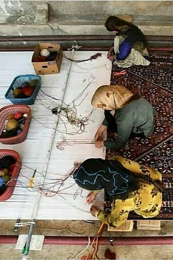 Ne zahmetli bir iştir şu dokuma halı yapmak 🌹 İlmek ilmek, alın teri dökerek deseni çıkarmak... Her alanda olduğu gibi, yine kadı
