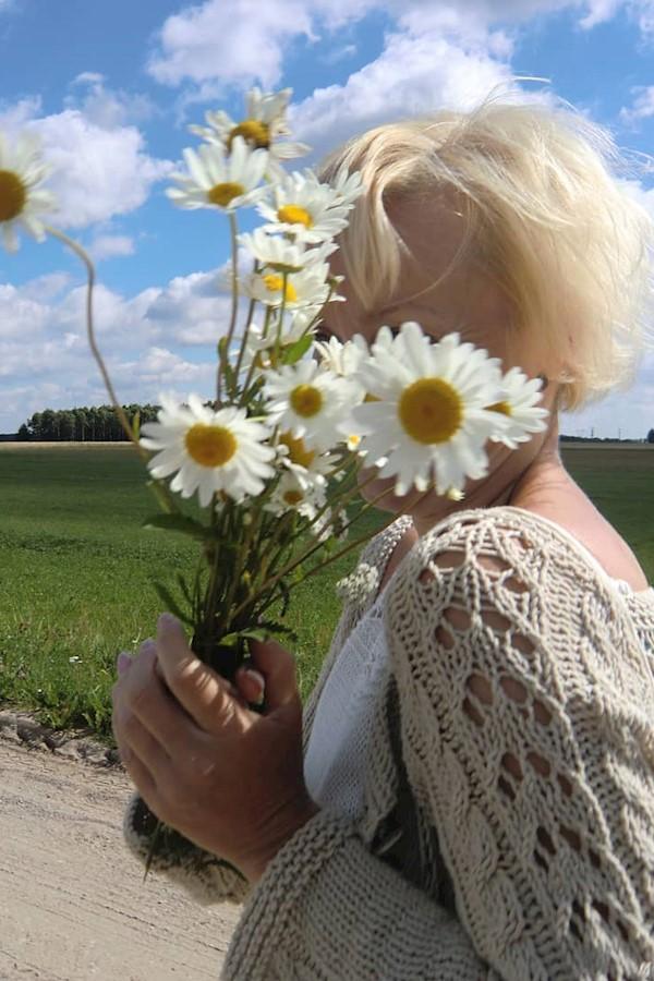 Wiele mi nie potrzeba, błękitne niebo, jakaś droga, kawałek łąki, trochę słońca, a przede wszystkim dobry humor - takie to moje #w