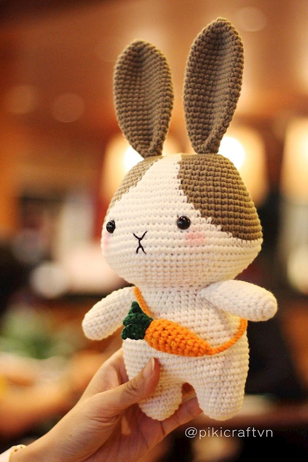 🐰 The Bunny with her little carrot bag!!🥕 Adorable pattern by @hainchan Handmade by @pikicraftvn#crochetbunny #handmade #amiguru