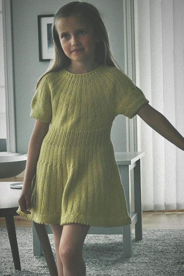 Karamellkjole strikket i #dglerke 🌼Mønsteret legges ut på @strikkoteket i morgen 😄 [Str 1-8 år] #karamellkjole Foto: flinkeste @