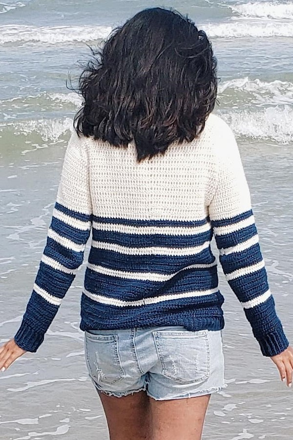 Take me here now 😎🐠Happy hump day friends! 🤗 You can still find the free pattern for the Nautical Knots Pullover on the @joyofm